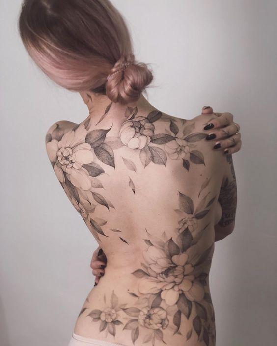 тату квітів на спині