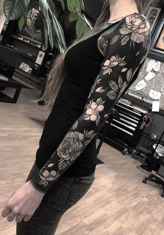 женский рукав с цветами