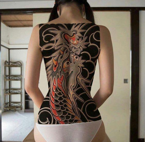 жіноче татуювання на всю спину в японському стилі