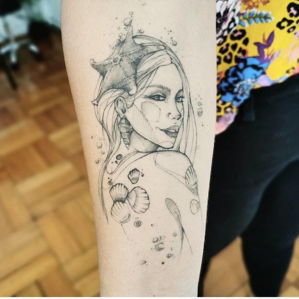 жіноче татуювання дівчини на руці