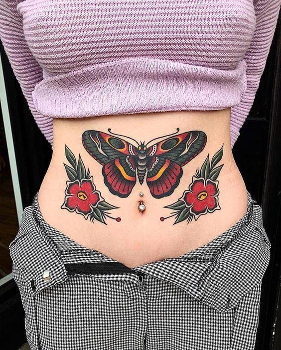барвисте татуювання метелика на животі