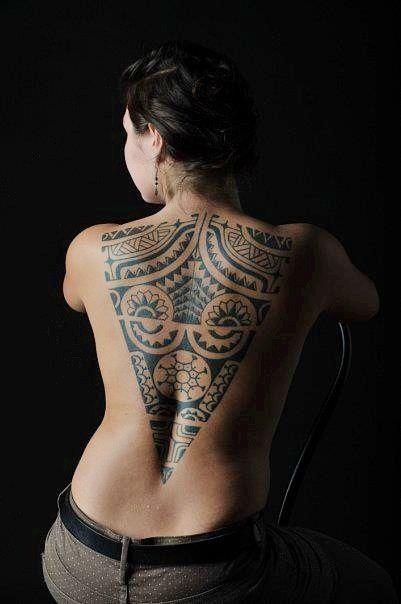 тату в племенном стиле на спине