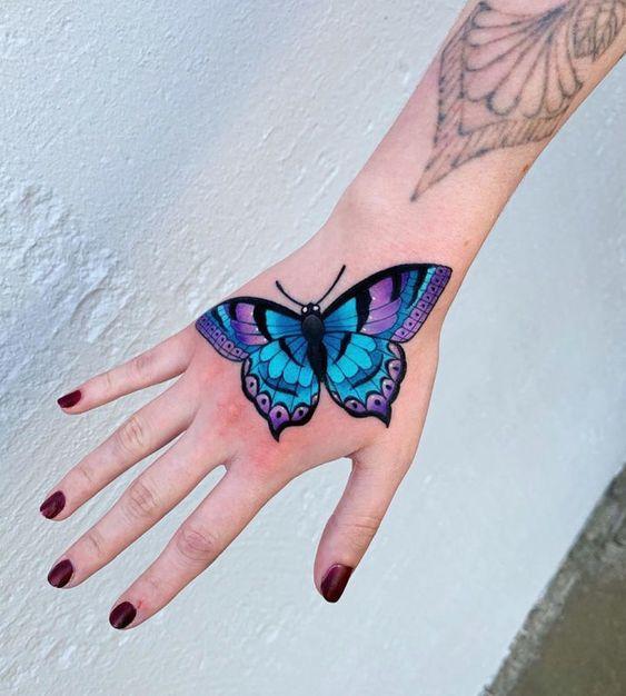 акварельная бабочка на руке