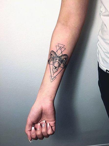 татуювання Овна в геометричному стилі