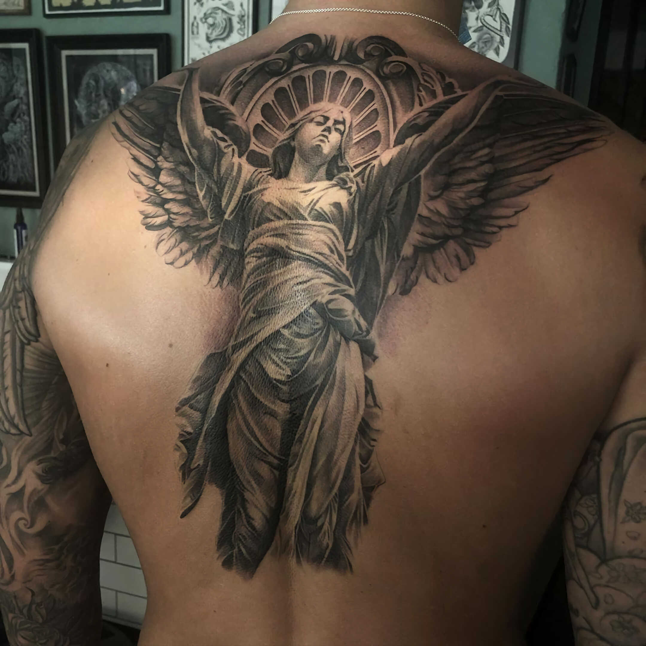 мужское тату ангела на спине