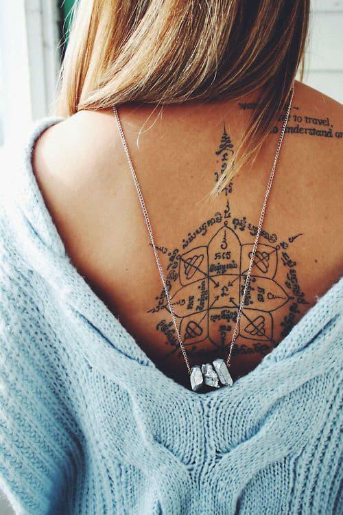стильная женская татуировка на спине