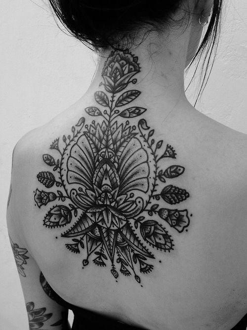 татуировка цветов на спине