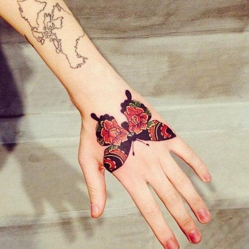 тату с бабочкой на руке