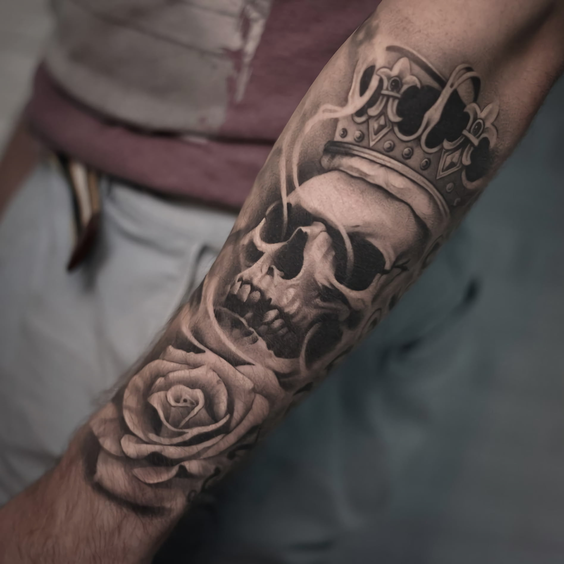 мужское тату короны на руке