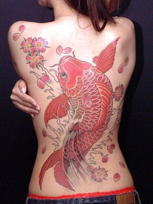 татуировка рыбы на спине девушки в японском стиле