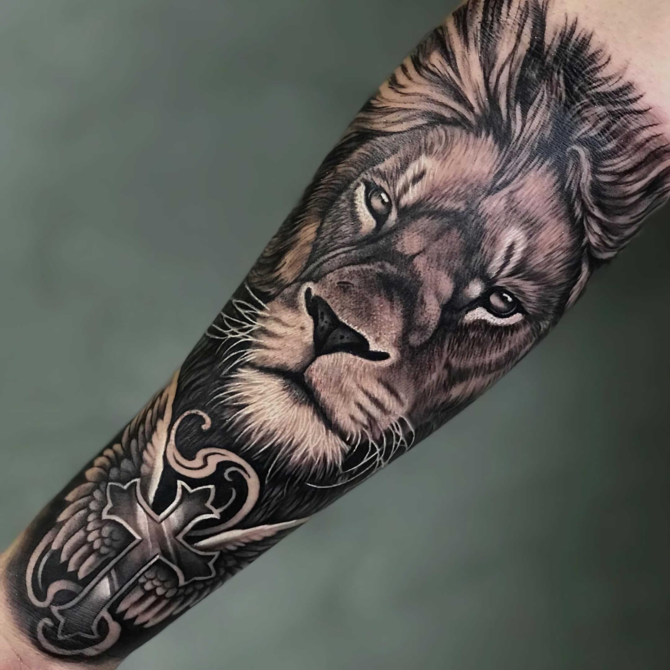 мужская татуировка льва на руке