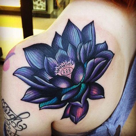 татуювання синього лотоса на лопатці