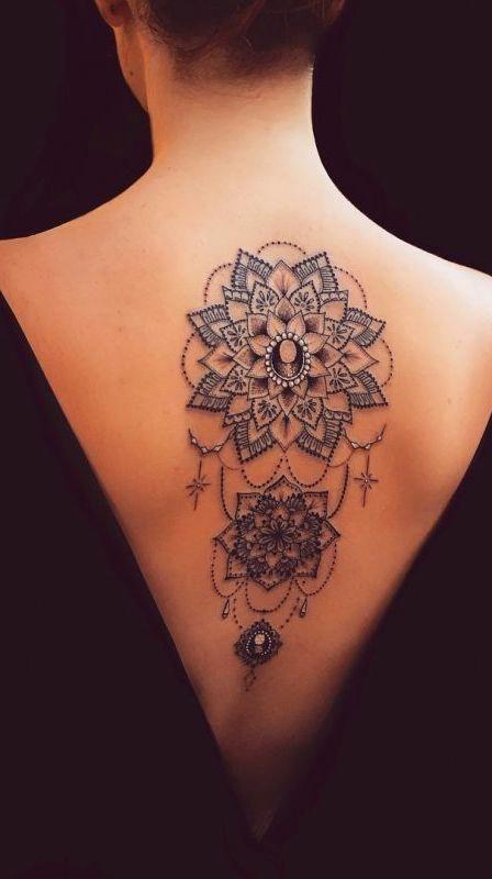 татуировка лотоса на спине
