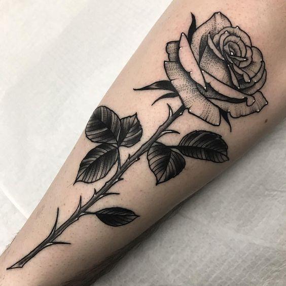 татуировка одной розы на руке
