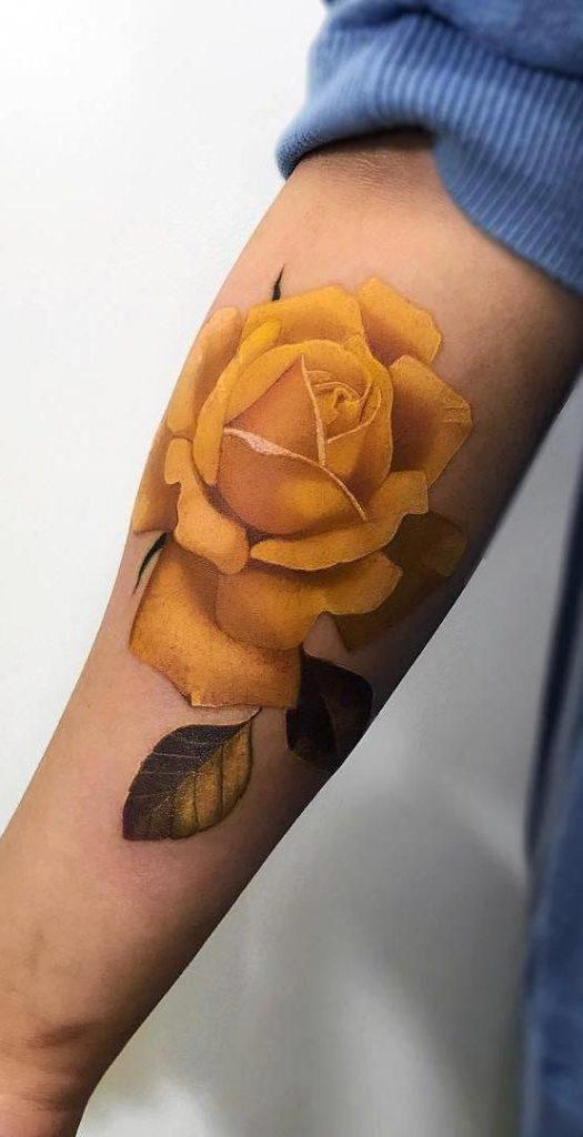 тату жовтої троянди на руці