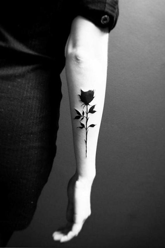 татуювання чорної троянди на руці