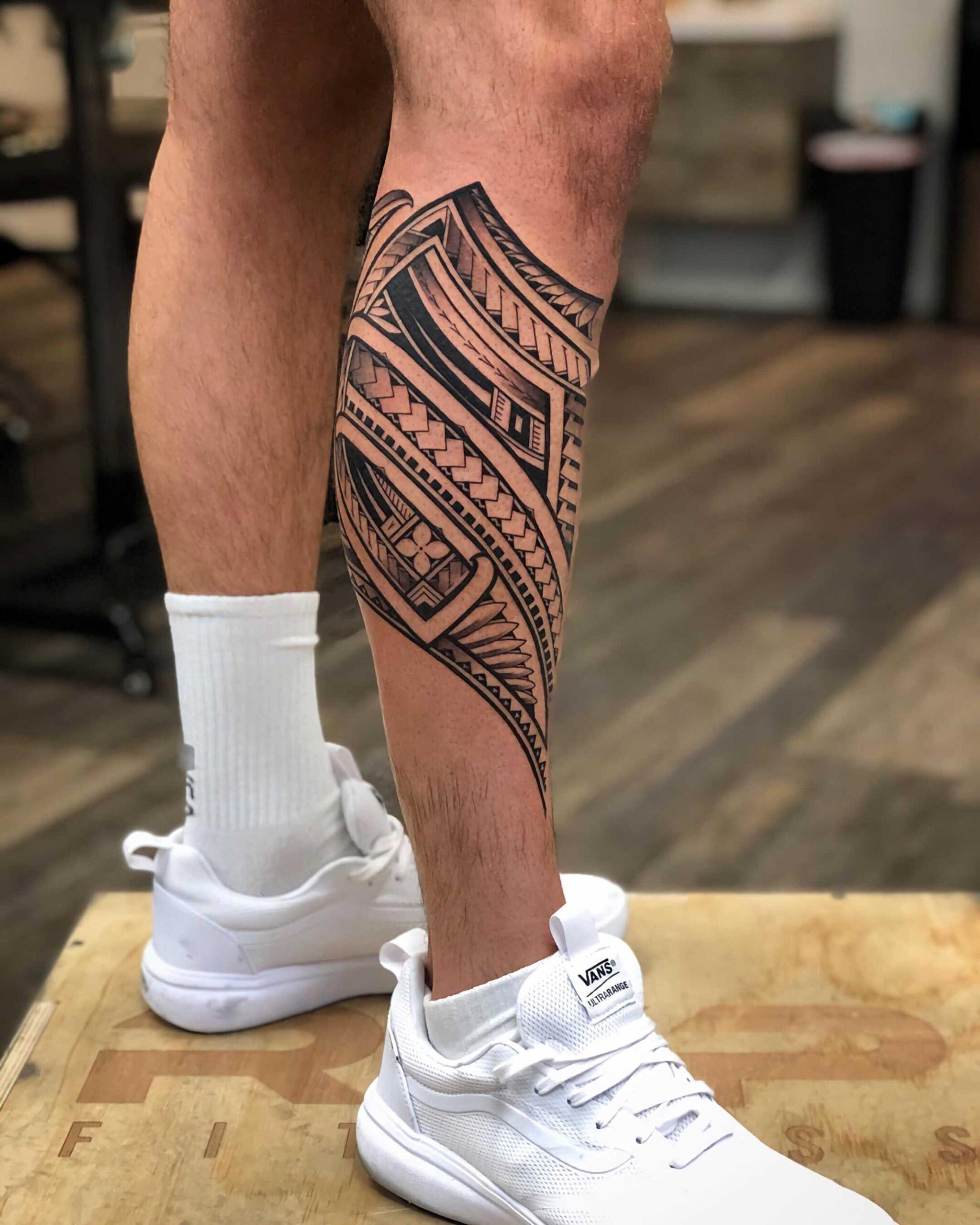 племенная татуировка для парней на ноге