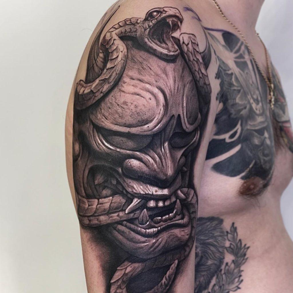 татуювання маски на руці в японському стилі