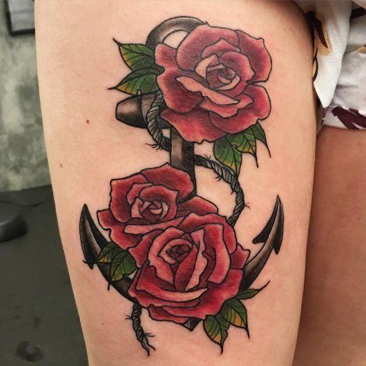 татуировка якоря и роз на ноге