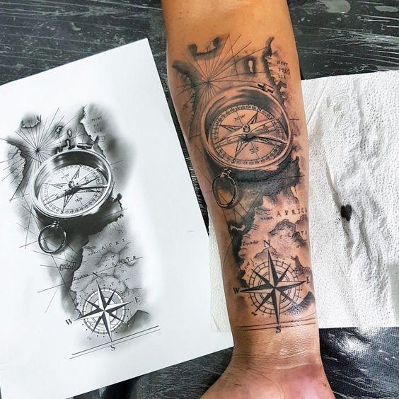 татуировка компаса и карты