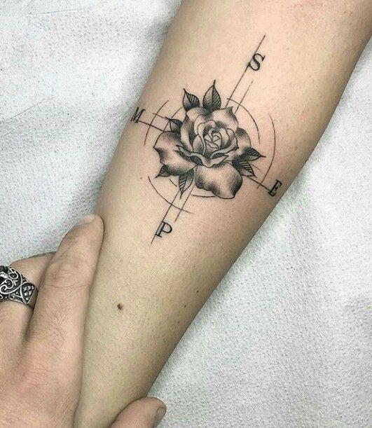 татуювання троянди і компаса