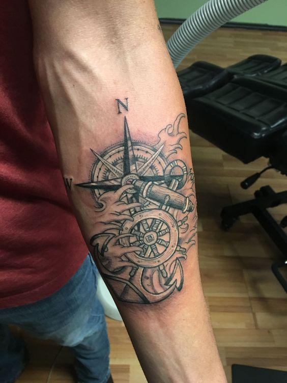 татуировка якоря и компаса на руке