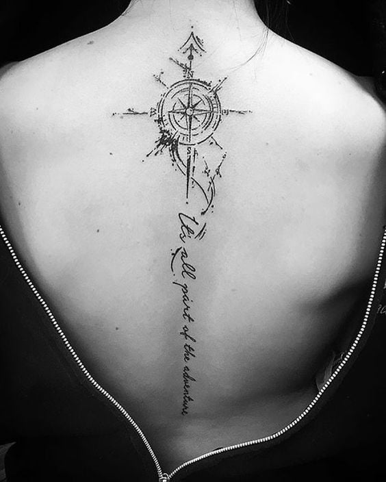 тату компаса и надписей на спине