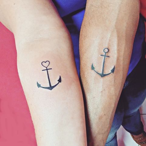 парная татуировка якоря на руке