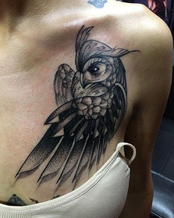 жіноче татуювання сови на грудях