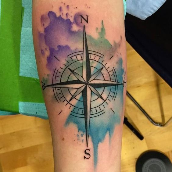 тату компаса в акварельном стилі