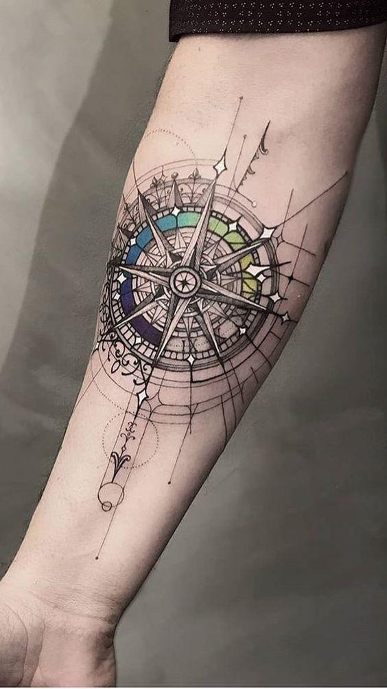 тату компаса на руці в геометричному стилі