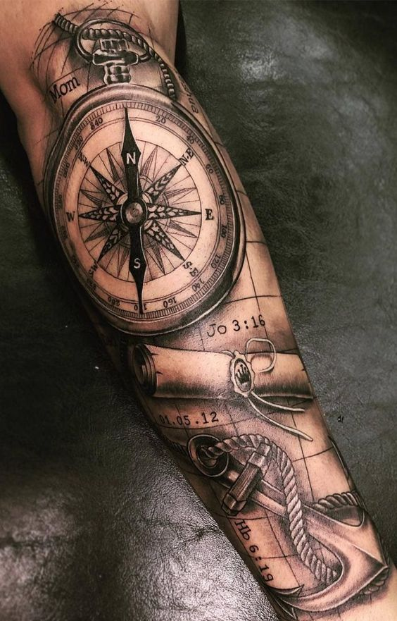 чоловіче татуювання з компасом і картою