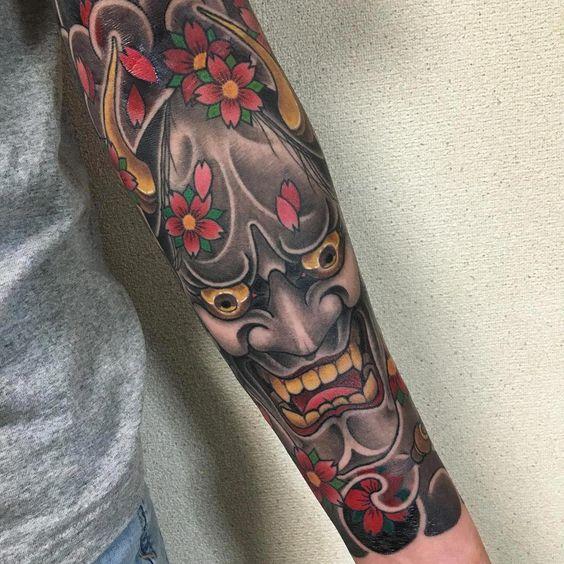 японське татуювання з демонічною маскою