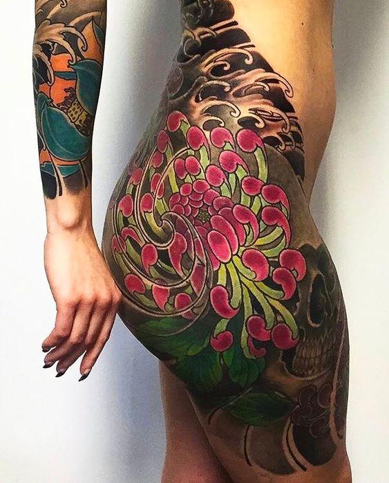 японская татуировка цветов на бедре