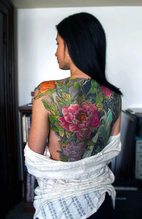 японське татуювання квітів на спині