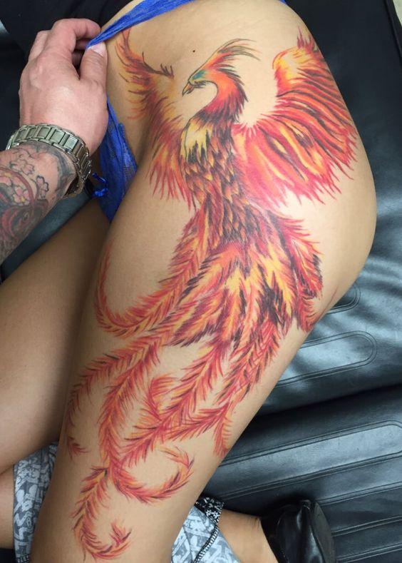 татуювання фенікса на стегні в японському стилі
