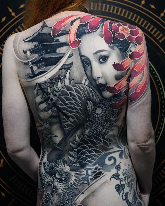 красивая женская татуировка на всю спину в японском стиле