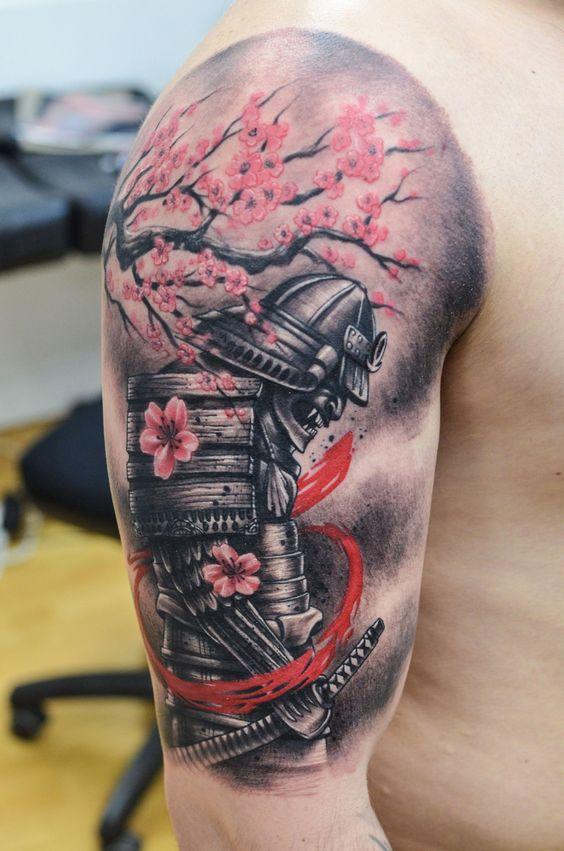 татуировка самурая и сакуры на руке