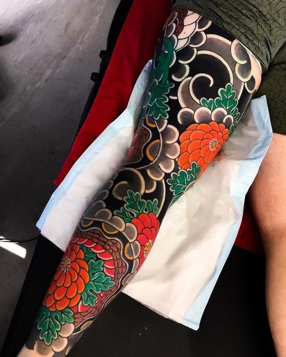 японская татуировка на ноге