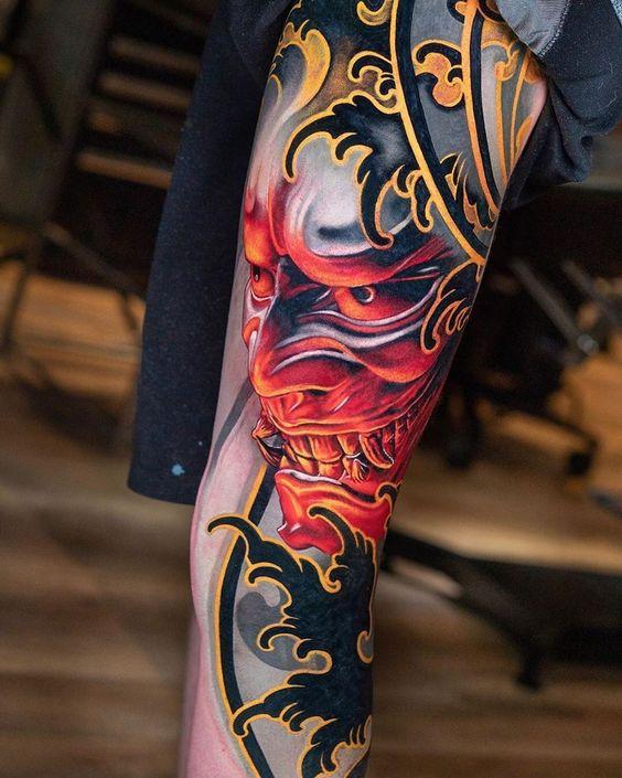 тату маски в японском стиле на ноге