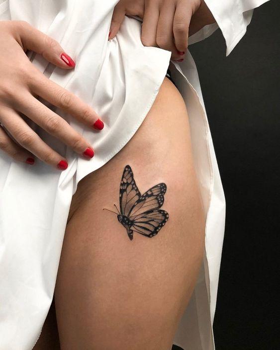 жіноче татуювання метелика на стегні
