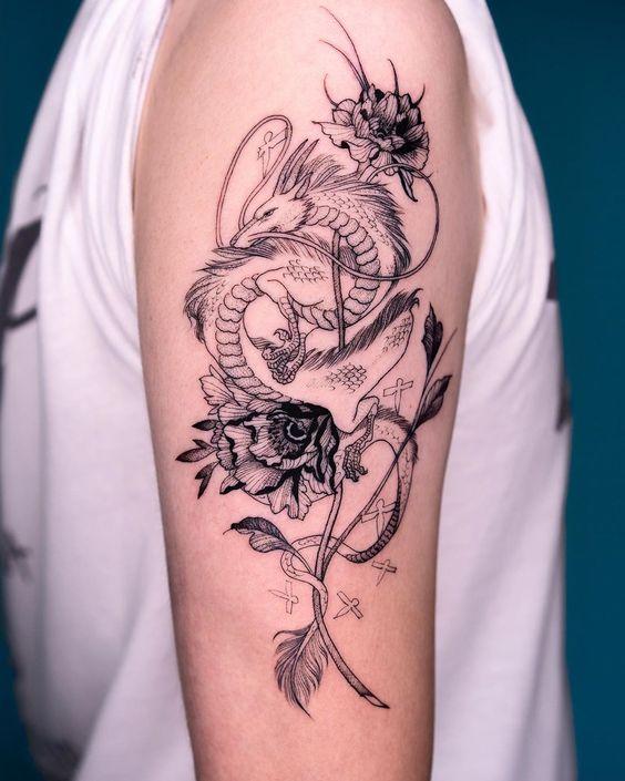 женская татуировка с драконом на руке