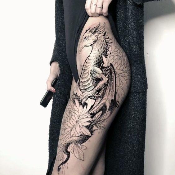 жіноче татуювання дракона на стегні