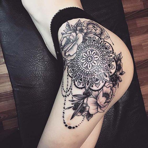 жіноче татуювання ловець снів на стегні