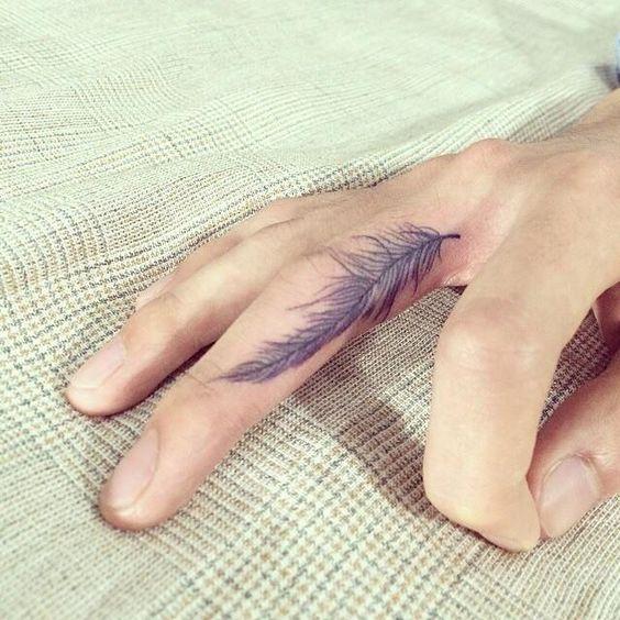 тату пера на пальце руки