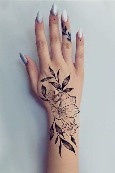 женская татуировка цветов на руке