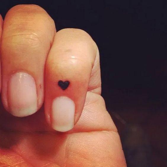 татуировка маленького сердца на руке