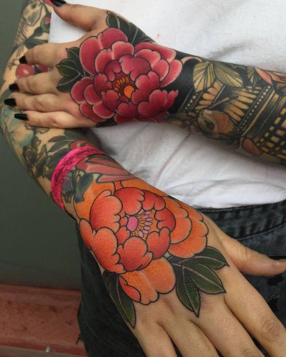 женская татуировка на руке в японском стиле