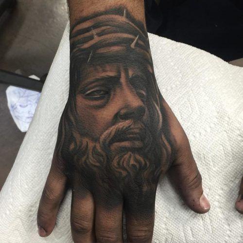татуировка Иисуса на руке для девушек
