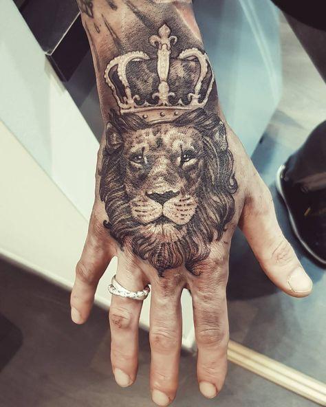 тату льва на руке